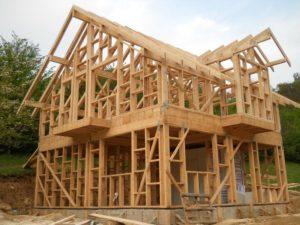 Преимущества строительства каркасных и брусовых домов для дачи